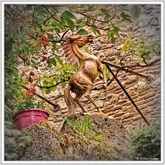 Le refuge du cheval de bois (GilDays) Tags: france quercy midipyrénées lot saintcirqlapopie nikon nikond810 d810 village lesplusbeauxvillagesdefrance departementdulot espritlot tourismelot so0518 vert green occitanie massifcentral fleur flower cheval horse arbre tree feuille leaf insolite statue statuette bois wood
