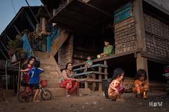 Cambogia - Vita semplice, vita di strada. (iw2ijz) Tags: children chids palafitte street person people persone nikon reflex d500 kompongphluk cambodia cambogia siemriep river fiume village villaggio tonlesap