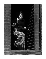 D'où vient-elle? (francis_bellin) Tags: street blackandwhite bw noiretblanc femme olympus streetphoto grenade rue espagne ville andalousie touriste 2019 photoderue lalhambra netb porteancienne