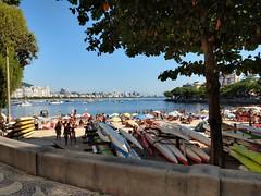 fico aqui. (lucia yunes) Tags: praia mar sol caiaque praiadaurca sun sea seascape beach boat luciayunes motoz3play barcos velejar remo