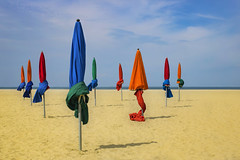 Prêt pour l'été - Ready for summer (olivier_kassel) Tags: parasols umbrellas plage beach sable sand mer sea ciel sky deauville normandie normandy couleurs colors colours nuages clouds alwaysexcellent
