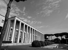 Rome : Quartier EUR - Les colonnades (Paolo Pizzimenti) Tags: rome barbare palais architecture eur gens paolo olympus zuiko penf film pellicule argentique