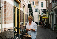 Alkmaar, Netherlands. (aqawitt) Tags: alkmaar street snap streetphotography shootfilm shooting dutch film filmphotography fm2 lomography lomo lomo400 lomocn400 nikon netherland nikonfm2 nikkor negative woman 35mm