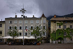 Dunkle Wollken überm Domplatz (Helmut Reichelt) Tags: wolken dunkel domplatz café streetphoto brixen bressanone stadt südtirol altoadige italien mai frühling leica leicam typ240 captureone12 dxophotolab leicasummilux35mmf14asphii