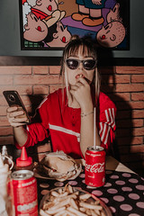 IMG_9601 (Alessandrokelvin) Tags: photoshoot ensaio food cocacola coca eyes model red canon canon6d portrait lanche light sensual oculos cellphone