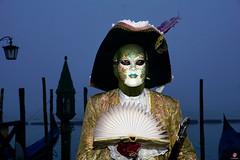 QUINTESSENZA VENEZIANA 2019 712 (aittouarsalain) Tags: venise venezia carnevale carnaval costume masque mask livre chapeau gondole gondola