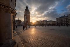 Kraków - Rynek Główny (Rafael Zenon Wagner) Tags: nachmittag afternoon laowa12mmf28zerod 12mm gebäude himmel personen gehweg architektur sonne sun licht light