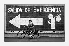 Sauve qui peut! (francis_bellin) Tags: secours netb olympus noiretblanc andalousie malaga blackandwhite street ville vélo rue photoderue bw 2019 streetphoto espagne