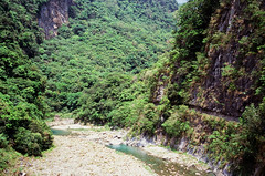 (hhnguyen88) Tags: filmphotography fujichromevelvia100 velvia100 xincheng taiwan tarokogorge swallow grotto