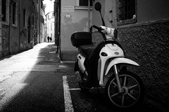 Vicoletto Fontanelle 1 (parenthesedemparenthese@yahoo.com) Tags: dem 2019 bn city couple monochrome nb noiretblanc silhouettes street textures vespa april avril blackandwhite bnw byn canon600d ef24mmf28 grandcontraste highcontrast italia italie mur pavement printemps spring streetphotography wall