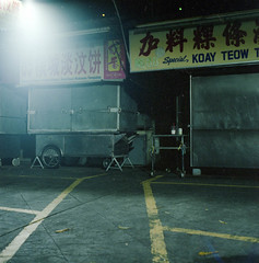 no one (chtaudt) Tags: 2018 night dezember penang color ishootfilm street guerneydrivehawkercenter asia travel filmisnotdead iso800 malaysia reise 6x6 food hawkercentre nikkorpc75mmf28 mittelformat filmphotography zenzabronicas2a push georgetown mediumformat kodakportra400 pasembur strase foodmarket