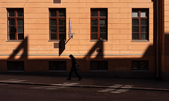 shadows on the wall (@Tuomo) Tags: flickr helsinki katu kaupunki kevät finland street streetphotography fabianinkatu urban sunshine shadows may sony a9 ilce9 sel35f28z