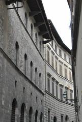 Via de' Bardi, Florence (Elizabeth Almlie) Tags: palazzomozzi palazzo stone cornice brackets street florence oltrarno