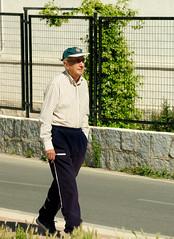 Un pensionista feliz (T.I.G. Foto Digital) Tags: españa ciudad nikon calles callejeando paseo paseando gente camino urbano pensionista feliz