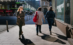 window shopping (@Tuomo) Tags: helsinki finland city downtown street streetphotography windowshopping woman sunshine shadows sony a9 ilce9 sel35f28z spring may