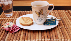 evening herbal (wmpe2000) Tags: 2019 tea teatime herbal eveningtea pukka chamomilevanillamanukahoney hexagons hexies handmade quilt inthekitchen cookies snickerdoodles img4021a