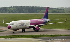 Wizz Air A321 ~ HA-LXH (© Freddie) Tags: luton bedfordshire lutonairport ltn eggw ltneggw airbus wizzair a321 halxh fjroll ©freddie