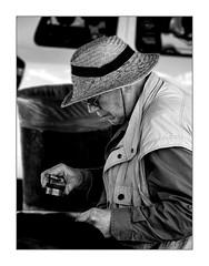 A la recherche du détail perdu. (francis_bellin) Tags: chapeau espagne streetphoto street homme netb photoderue grenade noiretblanc monochrome granada olympus ville blackandwhite rue détail bw 2019 andalousie loupe