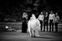 Who lost the bike? (Unicorn.mod) Tags: 2018 monochrome blackandwhite blackwhite bw street bride people men woman humanity canon canoneos6d canonef70200mmf28lisiiusm