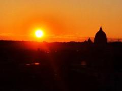 I tramonti sono così belli che sembra quasi come se stessimo guardando attraverso le porte del paradiso (Nabel Grant) Tags: sunrise sunset canonphotography 55mm