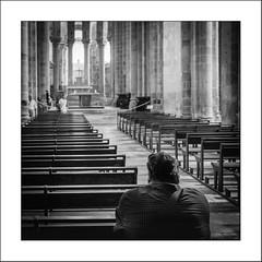 Nous sommes tous des pèlerins /  We are all pilgrims (Napafloma-Photographe) Tags: conques aveyron france cathédrale streetphotography banc noiretblanc noiretblancfrance monochrome blackandwhite bw bandw fr xpro2 chemindecompostelle église eglise autel