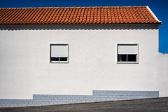 'Très Ordinaire' (Canadapt) Tags: house window wall roof tile street sky blue nafarros portugal canadapt