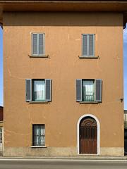 s. rocco (Paolo Cozzarizza) Tags: italia lombardia bergamo bonatesotto scorcio muro strada
