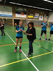 Overhandiging door Aafje de Vries aan Maureen Berenst