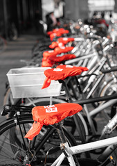 A complete row of red bicycle covers. (Frederik0711) Tags: red reds rednuances bicycle bicycles bicyclecover bicyclecovers street streets streetphotography denmark danmark copenhagen københavn drbyen pattern patterns sony sonya7rii sonya7r2 a7rii a7r2 sonyzeisslens sonyzeiss55mmf18 55mmf18 55mm 50mm sonycarlzeisssonnartfe55mmf18za 55mmf18za