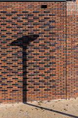 Shadow on the wall (Ivan van Nek) Tags: vathorst amersfoort thenetherlands schaduw muur mauer wall mur bricks redbricks shadow architecture architectuur architektur provincieutrecht nederland dieniederlande paysbas lantaarnpaal derailinator draaispijker nikon d7200 sigma mysteriousplacewithnoname