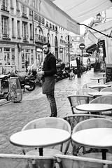 La pause cigarette du serveur (Paolo Pizzimenti) Tags: paris serveur pause vitrine petitdéjeuner babette film paolo olympus zuiko omdem1mkii 17mm 25mm f18 pellicule argentique doisneau