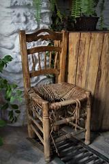 CANSADA DE DAR DESCANSO (Pepe Rodríguez Cádiz) Tags: pueblosconencanto detalles silla blanco alpujarras madera rustico rural flower andalucía
