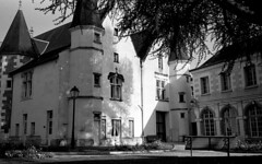 .: Jardin de l'Hôtel d'Effiat :. (K-Photographe) Tags: noiretblanc blackandwhite ilford hp5 35mm montrichard olympus