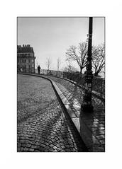 Paris (Punkrocker*) Tags: contax aria cy zeiss distagon 28mm 2828 film kodak trix 400 nb bwfp bnw monochrome street city people paris montmartre france