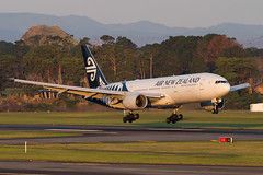Air New Zealand Boeing 777 (Daniel Talbot) Tags: akl airnewzealand auckland aucklandairport aucklandregion b772 boeing boeing777 boeing777200 nzaa newzealand northisland teikaamāui zkokc aircraft airplane airplanes airport autumn aviation evening maker oceania plane season seasons transportation