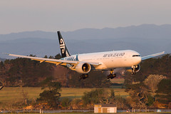 Air New Zealand Boeing 777 (Daniel Talbot) Tags: akl airnewzealand auckland aucklandairport aucklandregion b77w boeing boeing777 boeing777300er nzaa newzealand northisland teikaamāui zkokn aircraft airplane airplanes airport autumn aviation evening maker oceania plane season seasons transportation