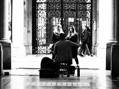 "🎶 ""per niente facili... uomini sempre poco affezionati"" 🎤 (VauGio) Tags: ivanofossati lamusicachegiraintorno olumpus ep3 14150olympus lecittàdifrontiera torino turin musicanti street galleria tunnel bianconero biancoenero blackandwhite blackwhite"