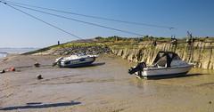 Waarde (Omroep Zeeland) Tags: rustzoekers paasweekend getijdenhaventje eb vloed laag water vissersbootje toeristen