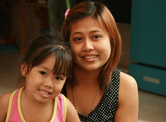 mother and daughter (the foreign photographer - ฝรั่งถ่) Tags: mother daughter khlong thanon portraits bangkhen bangkok canon