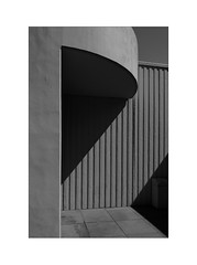 des rayures - elegant (Armin Fuchs) Tags: arminfuchs würzburg deutschhausgymnasium lavillelaplusdangereuse stripes gray grey diagonal light shadow huawei composition artofstripes concrete f18 36mm iso50