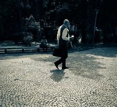 sem vontade de chegar (lucia yunes) Tags: cenaderua fotografiaurbana fotoderua fotografiaderua streetshot streetscene streetphotography streetlife motoz3play luciayunes homem solitário sozinho alone justwalk walk
