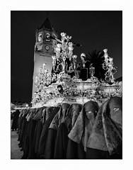 Procession. (francis_bellin) Tags: confrérie relique tradition soir blackandwhite streetphoto street netb velezmalaga photoderue nuit avril espagne croyance noiretblanc monochrome bw hommes or pâques rue mains dévotion ville 2019 procession