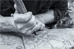Tallista (Frann García) Tags: artesano artesania craft craftsman madera wood talla carver tallista carving hombre man blancoynegro bn blackandwhite bw tradición tradition asturias asturies españa spain fiesta festival ferrera siero trabajo work trabajando working canon eos5dmarkiv ef2470l