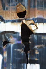 Le petit bonhomme en rouille (Gerard Hermand) Tags: 1904098100 gerardhermand france paris canon eos5dmarkii vitrysurseine palissade palisade rouille rust metal trou hole