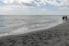 Aunque sea un día oscuro (Micheo) Tags: spain españa bnbw blancoynegro blackandwhite mediterráneo sea mar agua paseo gente