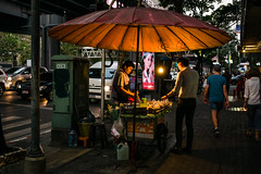 On night in Bangkok (waex99) Tags: 2018 bangkok dec huahin leica m262 summicron travel voyage famille thailand thailande street food vendor marchand rue 35mmasphv2 people thai rangefinder telemetre