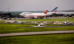 Air France and TWA (Bill in DC) Tags: airports airplanes airlines 1989 film 35mm kodacolor canoneos650 washingtondc dullesinternationalairport iad boeing b747 b767 af airfrance twa transworldairlines smp1