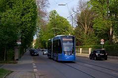 Erster Einsatz für 2708: Der Zweiteiler ist zwischen den Haltestellen Renatastraße und Hubertusstraße unterwegs (Frederik Buchleitner) Tags: 2708 avenio linie12 munich münchen siemens strasenbahn streetcar twagen t2 tram trambahn