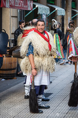joaldunak con su hisopo de caballo y ttuntturo (Juan Ig. Llana) Tags: bilbao euskadi carnaval basquefest folklore zanpantzar joaldunak hisopo látigo gorro ttuntturo cónico color cencerro esquila lana gente