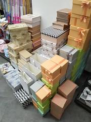 Futuros regalos (Micheo) Tags: cajas boxes coleccion regalos presents gifts carton tienda store shop masse tedi